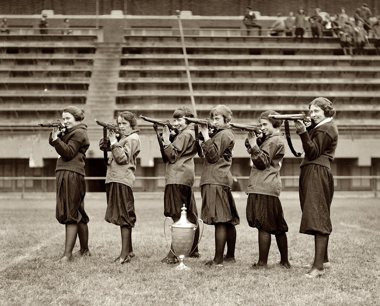 Подборка девушек с оружием. С такими я бы не отказался поиграть в