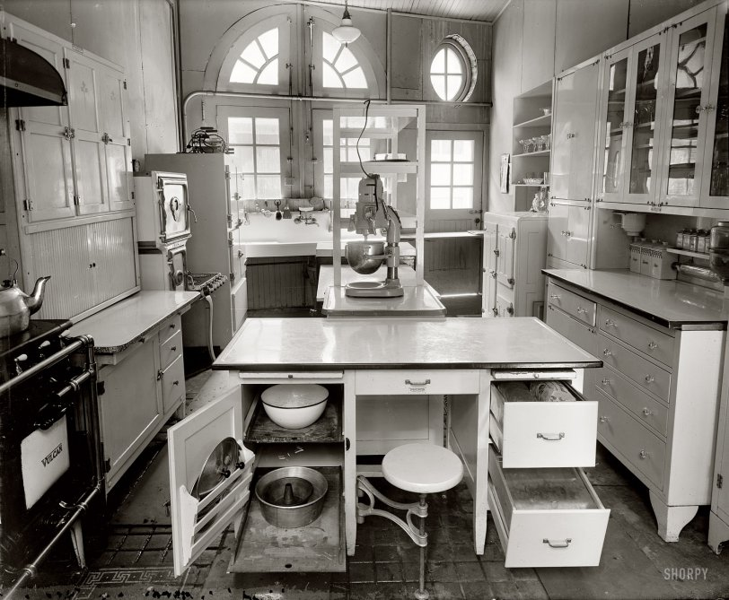 Modern Kitchen: 1924
