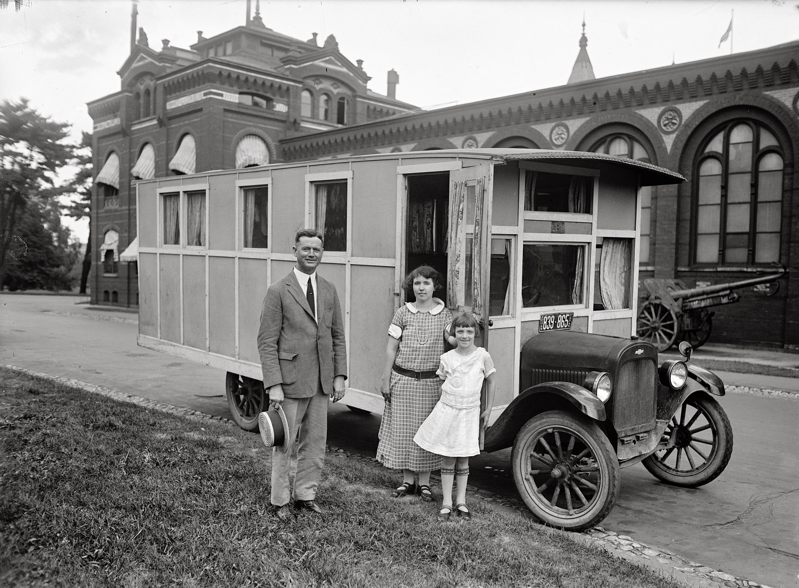 Shorpy Historic Picture Archive :: The Family Bus: 1924 high-resolution  photo