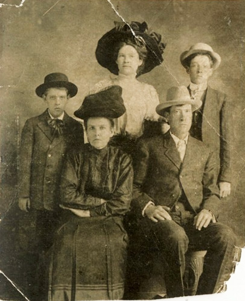 John Wesley Hewitt & Family: 1910