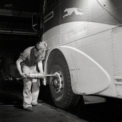 Greyhound Garage: 1943