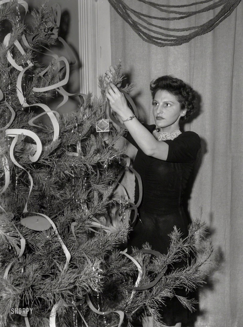 Deck the Hall: 1943