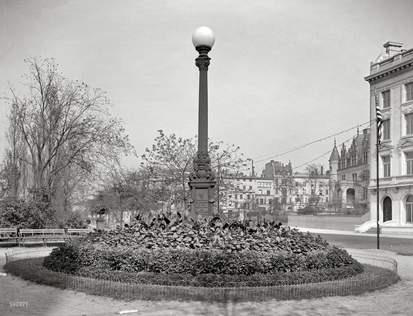 Memorial Lamppost: 1909
