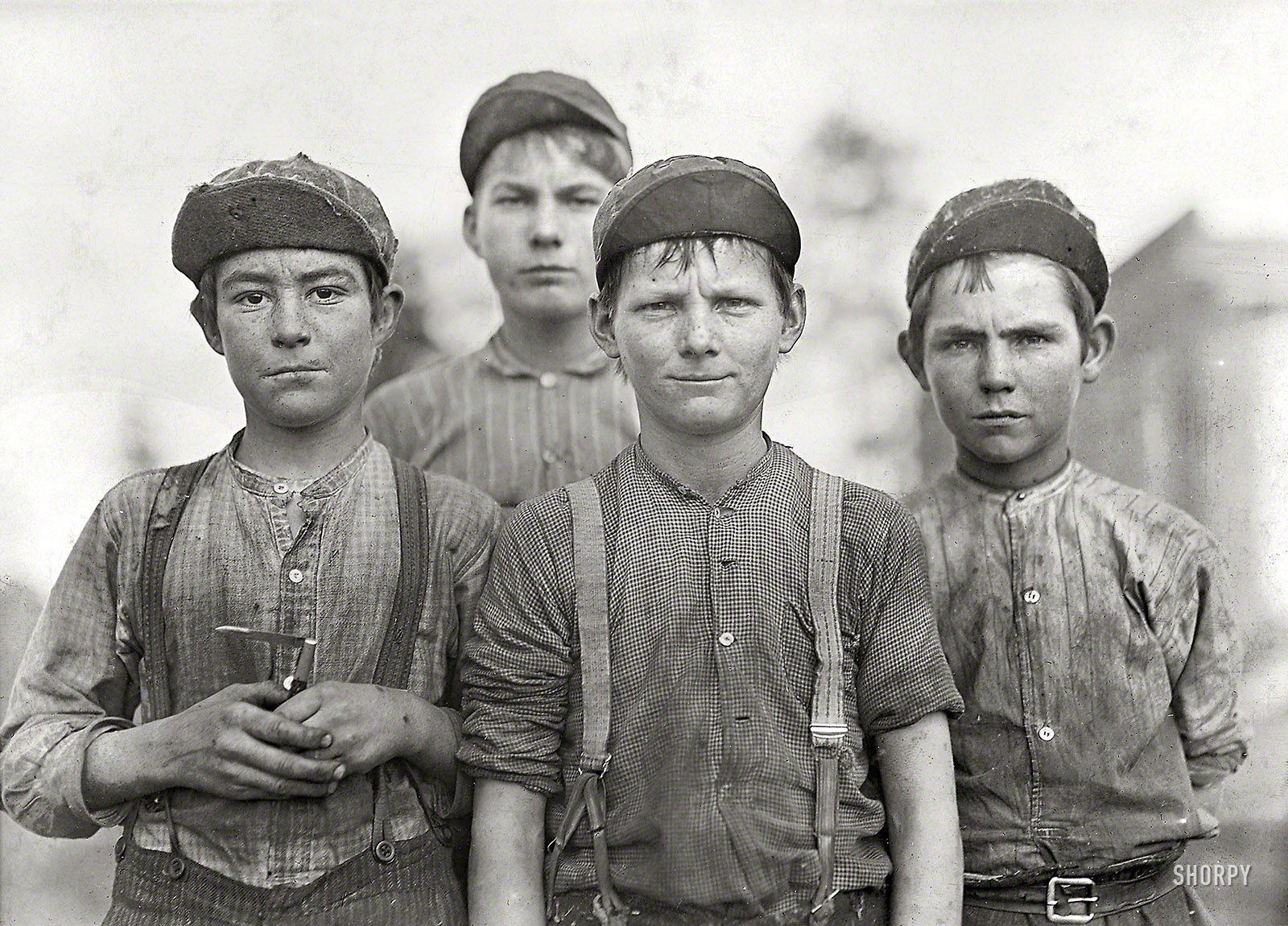 Shorpy Historic Picture Archive :: Some Doffer Boys: 1909 high-resolution  photo