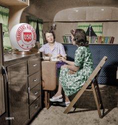 Trailer Talk (Colorized): 1943